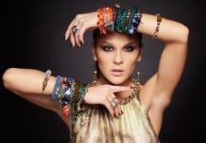 Härlig kvinna i armband Royaltyfri Fotografi