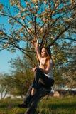 Härlig kvinna, i att blomstra äppleträd Royaltyfria Bilder