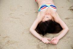 Härlig kvinna i bikini som kopplar av på stranden Arkivbilder
