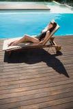 Härlig kvinna i bikini som kopplar av vid simbassängen Royaltyfria Bilder