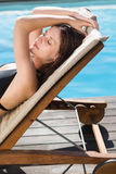 Härlig kvinna i bikini som kopplar av vid simbassängen Royaltyfri Foto