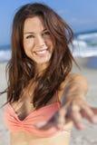 Härlig kvinna i bikinier på solig strand royaltyfria bilder