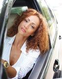 Härlig kvinna i bil Royaltyfri Fotografi