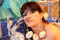 Härlig kvinna i blått i jul royaltyfria foton