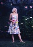 Härlig kvinna i blom- klänning Royaltyfri Fotografi