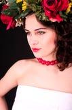Härlig kvinna i blommakransstående, den vita klänningen och rött s Royaltyfria Foton