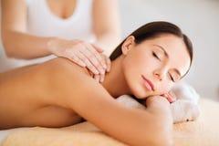 Härlig kvinna i brunnsorten som har massage Arkivfoton