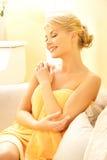 Härlig kvinna i brunnsortsalong Royaltyfri Fotografi