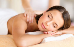 Härlig kvinna i brunnsortsalongen som får massage Arkivfoton