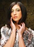 Härlig kvinna i den eleganta klänningen, studioskott arkivfoton