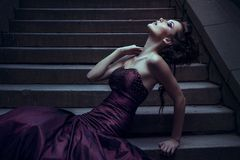 Härlig kvinna i den violetta klänningen Arkivbilder