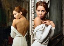 Härlig kvinna i den vita klänningen med naken baksida. arkivfoto