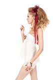 Härlig kvinna i dockastilen med den röda pilbågen Royaltyfria Bilder