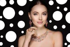 Härlig kvinna i en halsband, örhängen och cirkel Modell i juvel arkivbild
