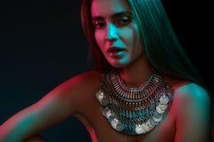 Härlig kvinna i en halsband Modell i smycken från silver Härliga indiska smycken Ljusa ljus royaltyfria foton