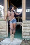Härlig kvinna i en lantlig kabin Arkivbilder