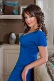 Härlig kvinna i en lyxig lägenhet Royaltyfri Foto