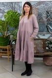 Härlig kvinna i en moderiktig klänning i ett landshus i en vinter Royaltyfria Bilder