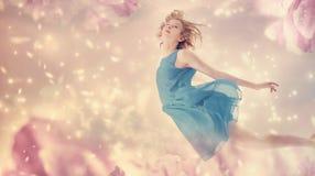 Härlig kvinna i en rosa pionblommafantasi Arkivbilder