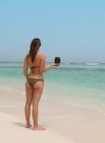 Härlig kvinna i en tropisk strand Arkivfoton