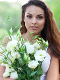 Härlig kvinna i fält med blommor arkivfoton