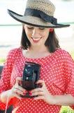 Härlig kvinna i femtiotalstil med den gammala kameran royaltyfria foton