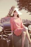 Härlig kvinna i femtiotalstil, vägtur Arkivbild