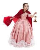 Härlig kvinna i gammal historisk medeltida klänning med lyktan Royaltyfri Bild