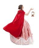 Härlig kvinna i gammal historisk medeltida klänning med lyktan Arkivfoto