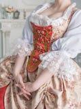 Härlig kvinna i gammalmodig medeltida klänning arkivfoto