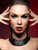 Härlig kvinna i gotisk stil, aftonmakeup Royaltyfria Bilder