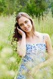 Härlig kvinna i gräs Arkivfoto