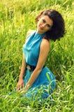 Härlig kvinna i grönt gräs Royaltyfri Bild