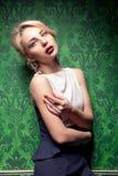 Härlig kvinna i grönt tappningrum arkivfoton