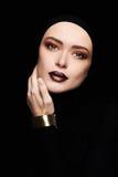 Härlig kvinna i guld- armband kvinnaframsida som en maskering Skönhetsmink Arkivbilder
