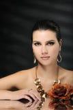 Härlig kvinna i guld- smycken royaltyfri foto