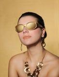 Härlig kvinna i guld- smycken royaltyfria bilder