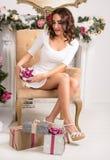 Härlig kvinna i hållande julklapp för vit klänning Royaltyfria Bilder