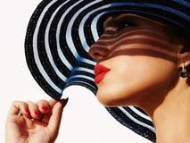 Härlig kvinna i hatt Royaltyfria Bilder