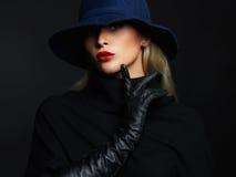 Härlig kvinna i hatt- och läderhandskar retro modeflicka Arkivfoto