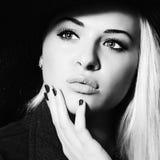 Härlig kvinna i hatt Shopping för elegansskönhet Girl monokrom Royaltyfri Bild