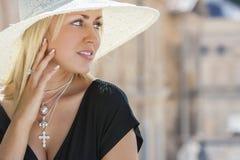 Härlig kvinna i hatt & svart klänning Arkivbild