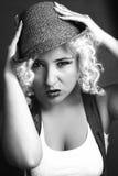Härlig kvinna i hatten, affärsstil Arkivbilder