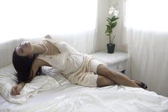 Härlig kvinna i hennes sovrum Arkivbild
