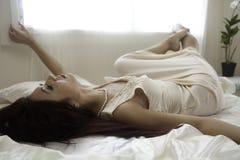 Härlig kvinna i hennes sovrum Royaltyfri Fotografi