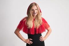 Härlig kvinna i huv för ridning för halloween dräkt liten röd Arkivbilder