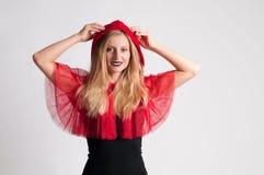 Härlig kvinna i huv för ridning för halloween dräkt liten röd Royaltyfri Fotografi