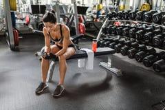 Härlig kvinna i idrottshall med Smartphone Royaltyfri Fotografi