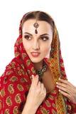 Härlig kvinna i indisk traditionell kläder och tillbehör arkivfoto