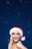 Härlig kvinna i jullock arkivfoto